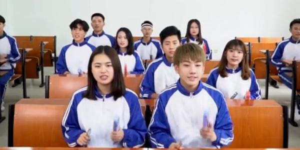 13名大学生改编歌曲《我的天空》为高考加油 用文具盒与尺子打击节奏
