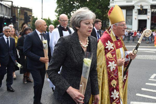英国纪念伦敦桥恐袭事件一周年 特蕾莎·梅献花悼念受害者