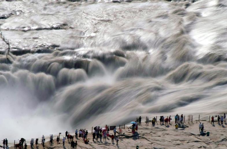 壶口瀑布奔腾咆哮吸引八方游客