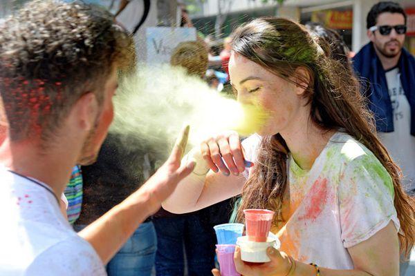 西班牙马德里举办胡里节 彩色粉末漫天飞舞嗨爆了