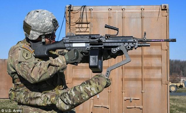 """美军研发""""第三臂""""助士兵射击 可分担武器重量"""