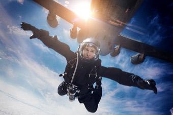 不用替身!阿汤哥亲自搭乘C-17大运进行HALO跳伞
