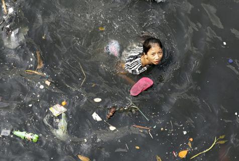 菲律宾巴石河污染严重 两岸居民终日与垃圾为伴