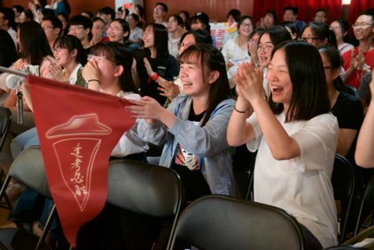 """高考前夕巨型比萨空降校园 校长为学子举办""""必胜""""宴会"""