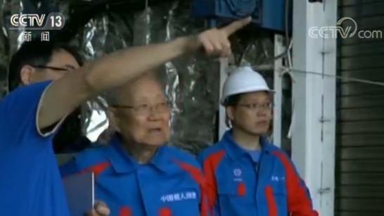 """中国载人潜水器""""深海勇士""""号返回三亚 海试成功"""