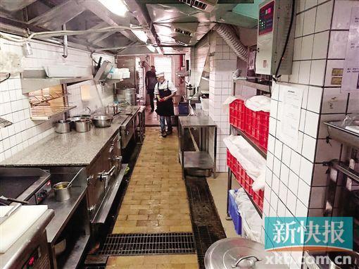 网红外卖餐厅被查出多项违规 炸鸡放加工台招蚊虫