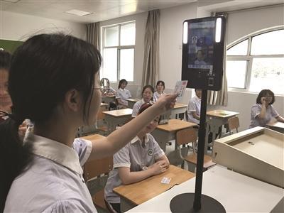 """江苏高考考点探访:2秒""""刷脸"""",现场采集照片验身份"""