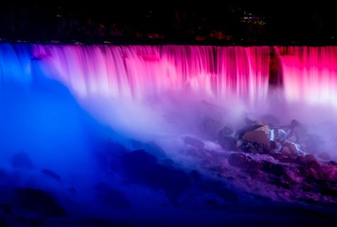 尼亚加拉大瀑布点亮彩色灯光 美轮美奂若仙境