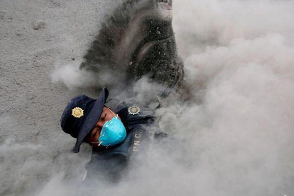 危地马拉富埃戈火山喷发 警察被火山灰冲倒
