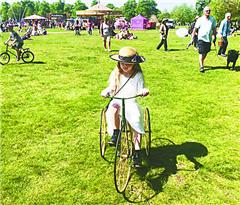 """英国人爱收藏""""古董自行车"""""""