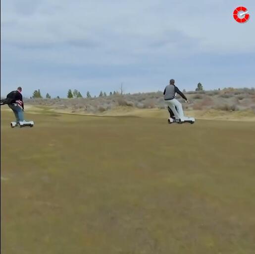 有钱会玩系列 踩着电动滑板打高尔夫是什么体验