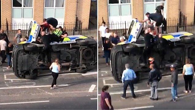 英国一警车侧翻两警察被困 路人男子英勇救人