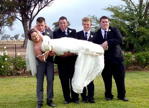 """澳新娘被伴郎团举起摆拍完后""""扔""""在地上"""