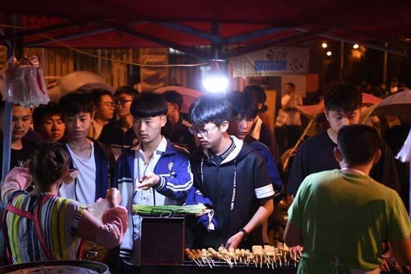 """安徽毛坦厂镇:直击""""高考小镇""""的夜晚"""