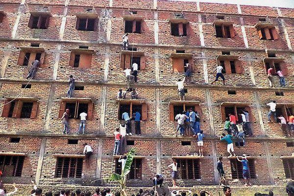 各国高考大PK 磕头爬楼作弊几家欢喜几家愁