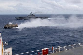 美日两艘巨舰在南海联合演练 一艘排水量近7万吨