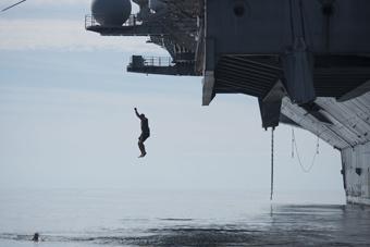 """这大热天的 换做航母上的大兵也得""""跳海"""""""
