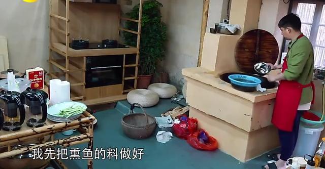 黄磊做鱼忘记放油 直接加开水变干锅 网友:毫无食欲