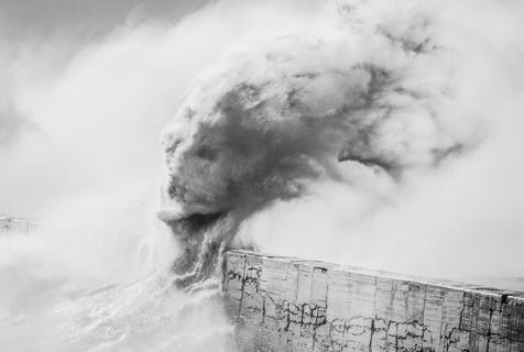 海怪来袭!英摄影师用海浪演绎神话人物
