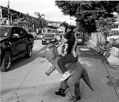 """泰国交警变身""""恐龙骑士""""执勤"""