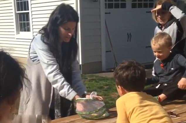 美女子和孩子一起放生蝴蝶结果被宠物狗一口吃掉