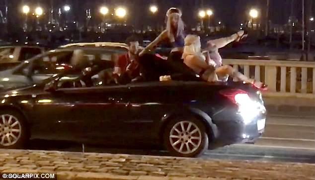 西班牙度假胜地街头一司机载两舞女招摇过市受重罚
