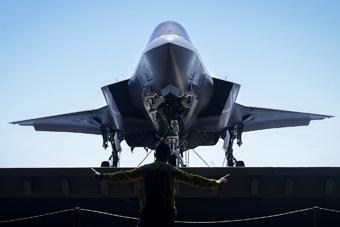 满屏的科幻:美军公开F-35B最新舰上训练画面