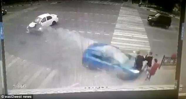 俄汽车闯红灯撞飞三学生 伤者均幸存