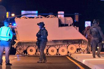 真侠盗猎车手:美军士兵偷走装甲车 和警车互飙