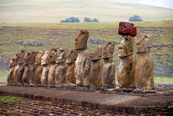 古代复活节岛居民用绳子将12吨重的石帽戴在石像上
