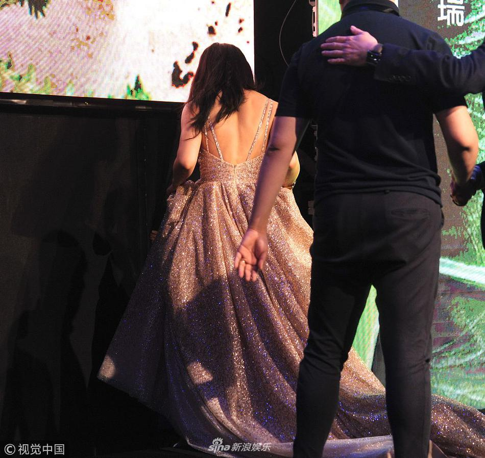 汤唯耐心与粉丝合影超暖心 手提裙摆拒绝帮助自己走