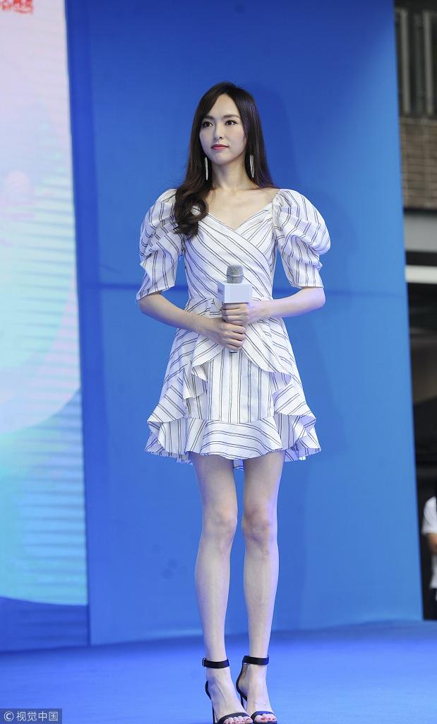 唐嫣穿泡泡袖条纹裙变美少女 大秀长腿显气质