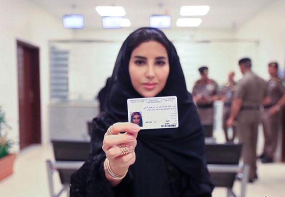 历史性时刻!首批沙特女性获得驾照