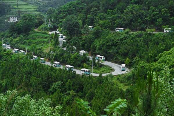 贵州铜仁:千余学子穿越崇山峻岭奔赴高考考场