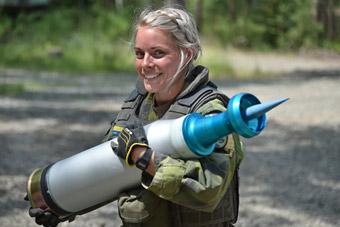 欧洲版坦克大赛火热开幕!彪悍女兵上阵搬炮弹