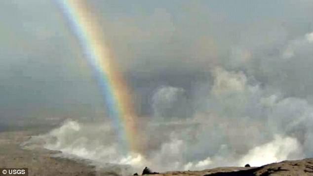 难得一见!夏威夷火山喷发口现七彩长虹