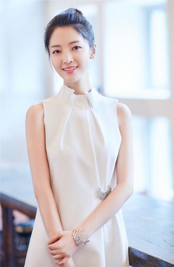 刘熙阳优雅白裙亮相《一纸婚约》首映礼