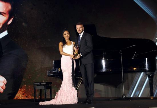 吉克隽逸采访皮耶罗 为贝克汉姆颁奖