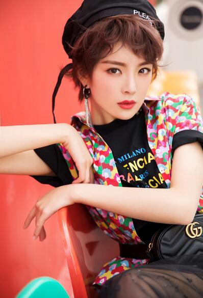 种丹妮夏日写真曝光 复古时尚变身摩登少女