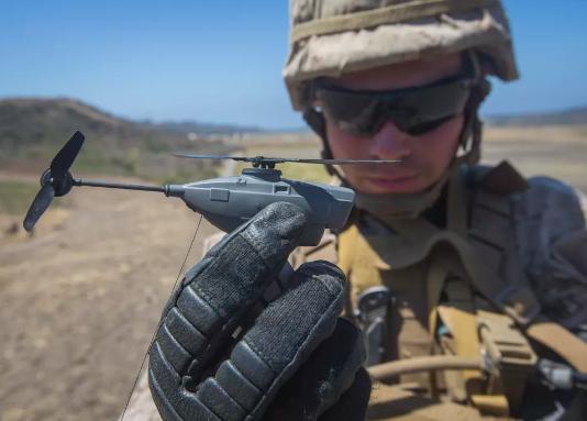"""美国陆军为士兵购买微型军用侦察无人机""""黑色大黄蜂"""""""