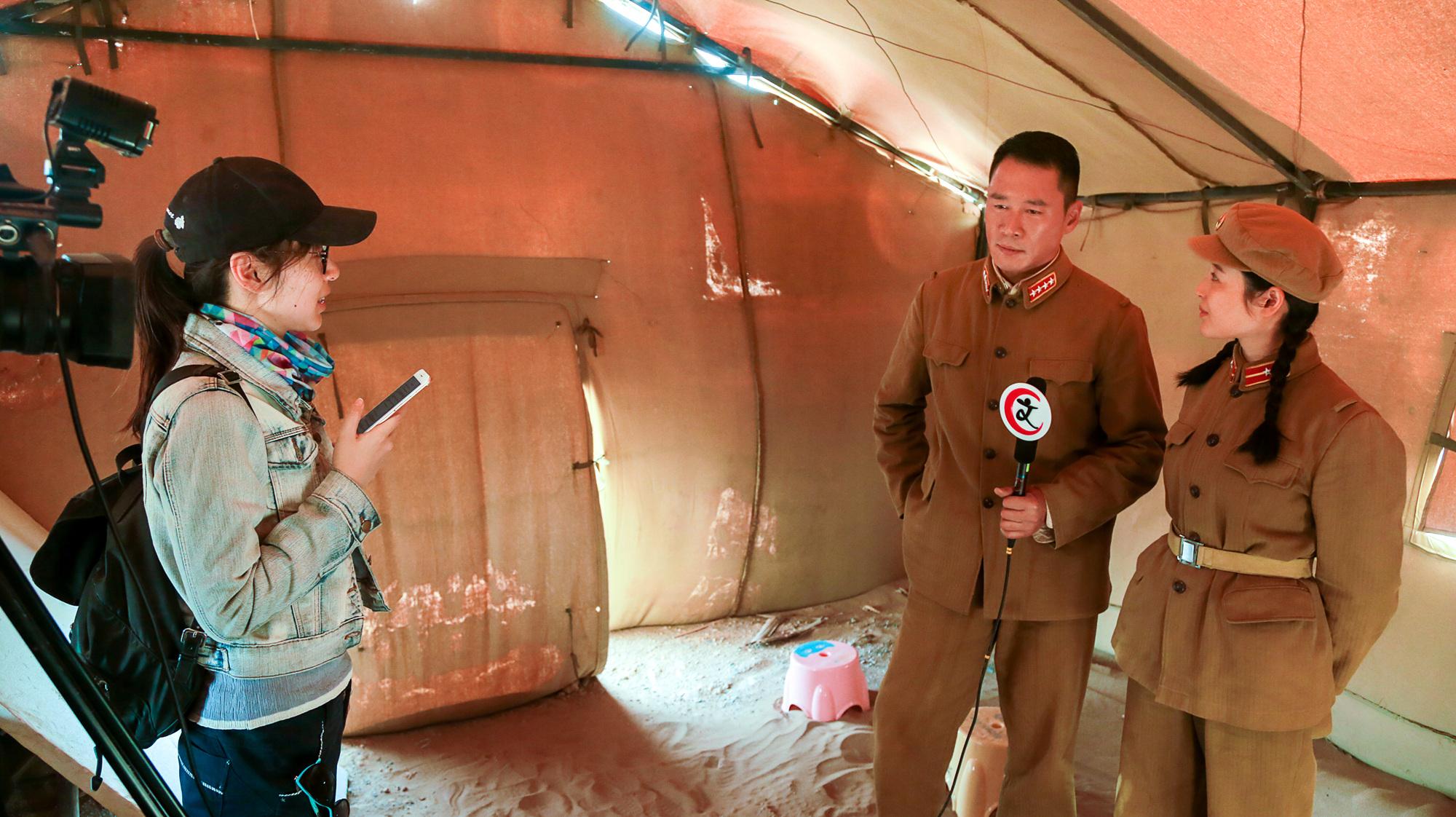 绝密工程媒体赴内蒙古探班 摄制组风沙之中砥砺前行