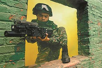看拐弯枪在实战演练中的正确用法
