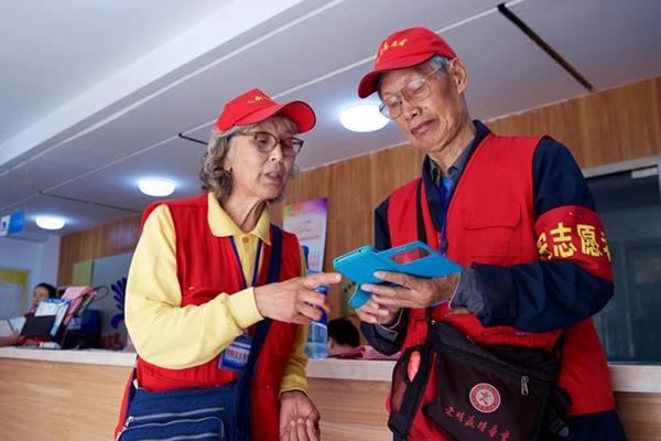"""从""""奥帆""""到""""上合"""" :青岛夫妻十年志愿情"""