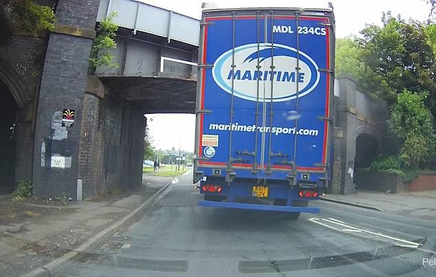 误判高度英国一卡车被卡桥洞 交通中断数小时