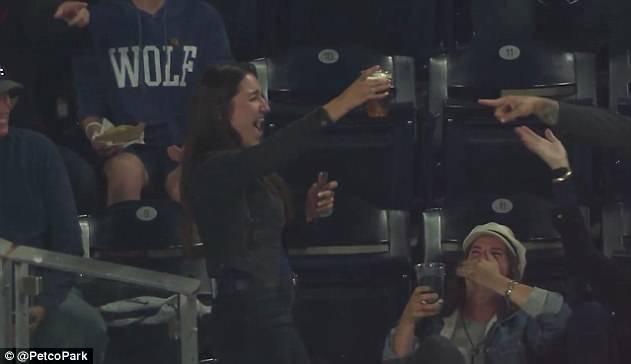 幸运的棒球迷!智利女子看球时啤酒杯中落入界外球
