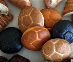 世界杯美食也来凑热闹 俄罗斯足球造型面包亮相