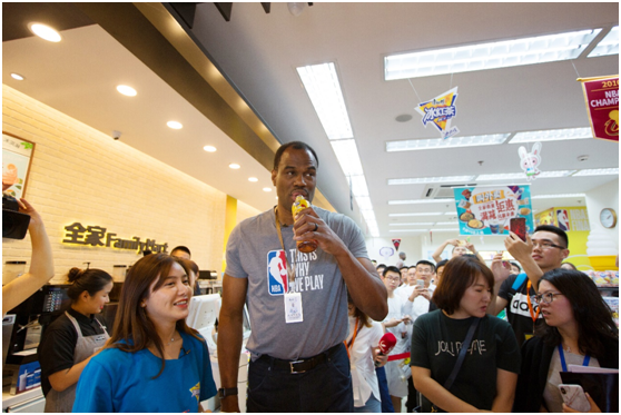 NBA传奇球星亲临打卡 燃爆康师傅冰红茶总冠军主题店