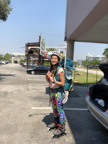 23岁的华裔女孩何易恩(Yanise Ho)正以直排轮滑横穿全美国,挑战最长轮滑旅程的金氏世界纪录。(来源:美国《世界日报》 何易恩提供)