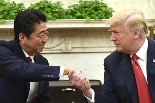 """安倍访美与特朗普会晤 又遭""""握手杀""""手都被捏皱了"""
