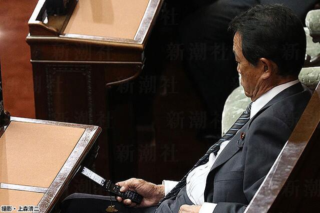 """麻生太郎被曝国会开会时玩手机 发短信称""""国会真是一团糟"""""""